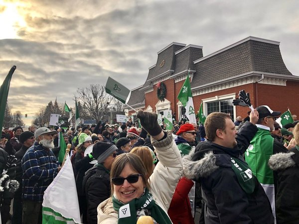 Demonstration outside MPP Amanda Simard's office in the riding of Glengarry-Prescott-Russell. The newly independent MPP joined the demonstration. (Photo Credit: Yasmine Mehdi/Radio-Canada)