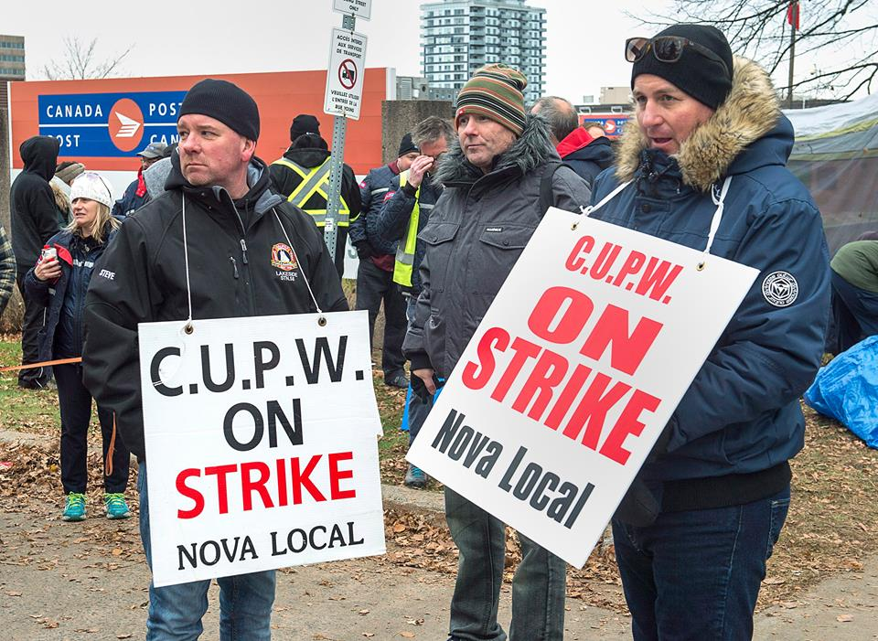 CUPW on the picket line (Photo Credit: THE CANADIAN PRESS/Andrew Vaughan)